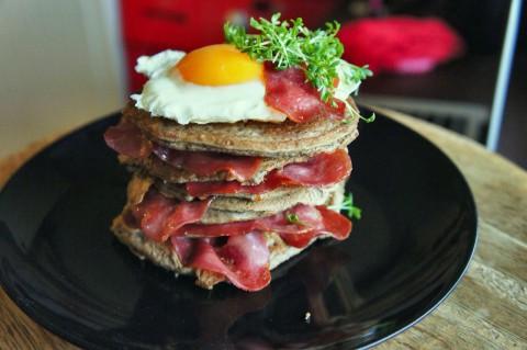 Herzhafte Protein Pancakes – mit gegrilltem Putenschinken & Spiegelei