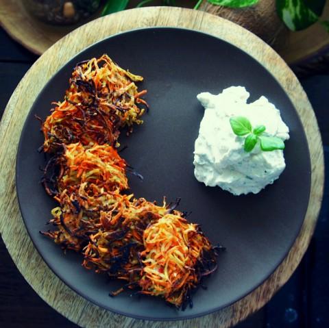 Karotten-Kartoffel Puffer mit Kräuterquark