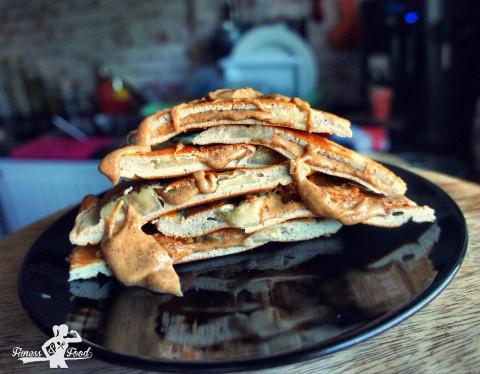 Banane-Peanutbutter gefüllte Protein-Pancakes