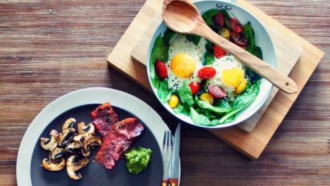 Herzhaftes Frühstück – Spiegelei auf frischem Spinat