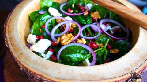 Spinat Salat mit karamelisierten Zwiebeln