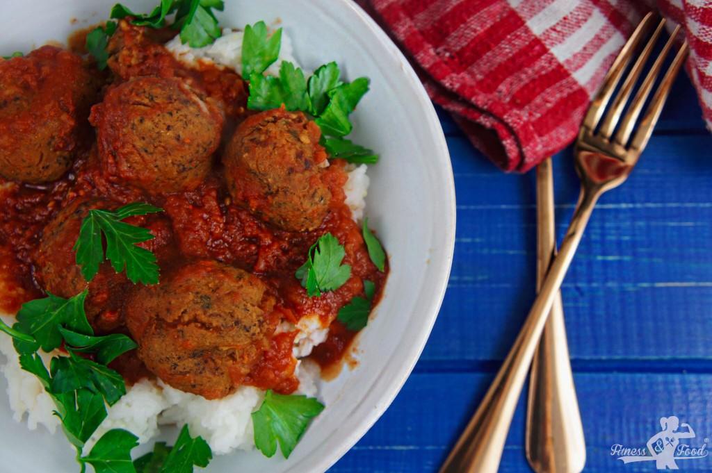 Fleischlose Fleischbällchen mit Tomatensoße und Reis