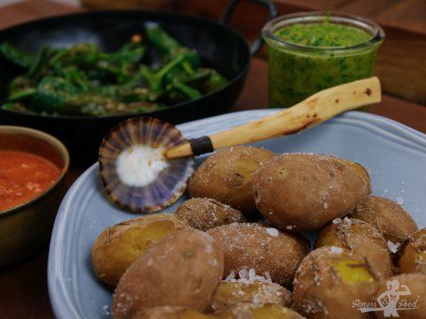 Tapas Abend mit Pimientos de Padrón, Mojo Rojo, Mojo Verde und Papas Arrugadas