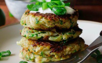Vegane Zucchini Puffer mit Meerrettich Dressing