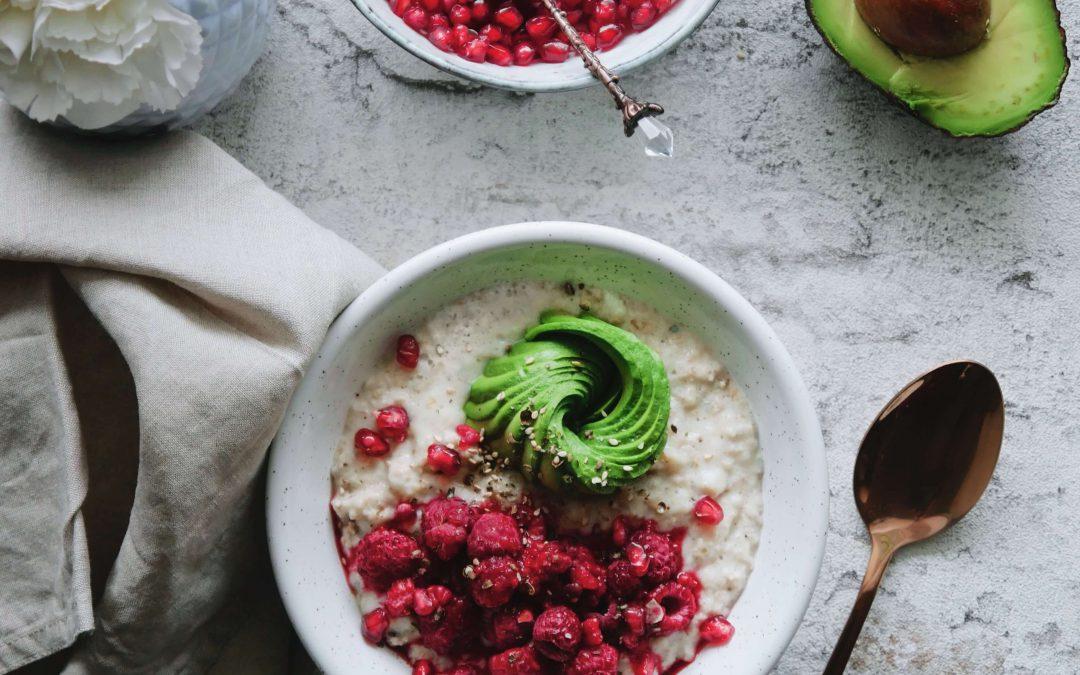 Herzhaftes Porridge mit Avocado und Himbeeren