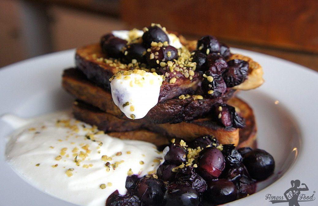 French Toast mit heißen Blaubeeren